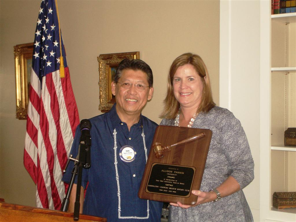 Raul Presents Plaque to Allison